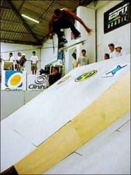 Alex Carolino andando no quintal de casa. Backside nollie big spin