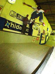 Daniel Vieira com um grande frontside flip pulando o fun box inteiro