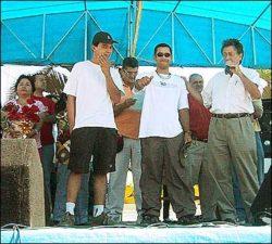 Da esq para a dir; Ricardo Leal, Anderson Geléia e o prefeito Vitão dando as boas vindas aos skatistas