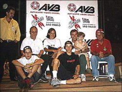 Troy com seu filho no colo do prefeito Edinho e o coordenador de Esportes Radicais, sr. Molina, de v