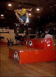 Rafael Russo, 360º flip, muito alto e com estilo, pulando todo o obstáculo e caindo no chão
