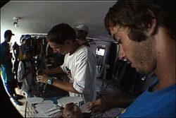A equipe Sims distribuíndo autógrafos e adesivos