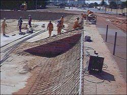 Homens trabalhando na construção da rampa reta