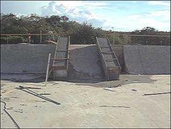 Caixotes em construção na entrada da pista