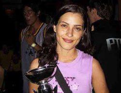 Representando a Bad Boy Shoes, Alessandra recebe o troféu pelo patrocínio dado ao Circuito