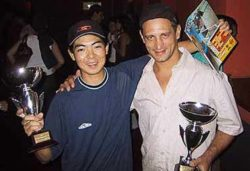 Sidney Arakaki e Bio, representando respectivamente as marcas Sims e New, com seus troféus pelo patrocínio ao circuito