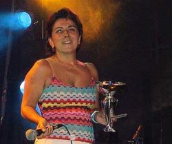 Simone, representando a Madnezz, empresa produtora das etapas do Circuito braileiro, recebe o troféu