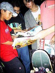 O pequeno Tiago dando autógrafos.