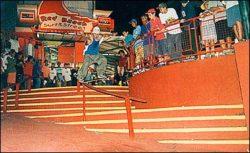 Sandrinho, vencedor do evento, noseslide no corrimão em curva.