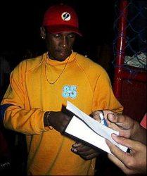 Jorge Negretti dando autógrafos.