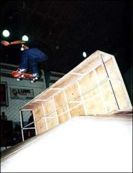 Jorge Negretti levantou o público após pular o palco da pirámide em pé de ollie, também pulando de b