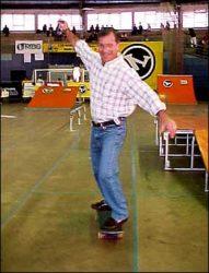 O Prefeito João Sanzovo Neto dando um rolê de skate na área para demonstrar seu apoio ao skate.