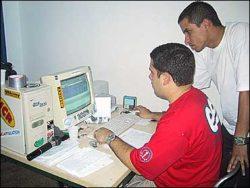 Span e Daniel organizando as planilhas no computador.