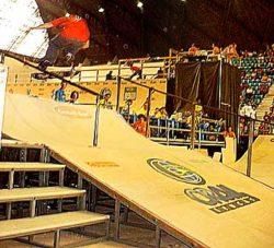 Guilherme Gnomo sobe a segunda rampa de 360 flip