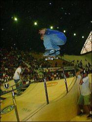 Rodrigo Tx acertou este belo ss flip pulando o corrimào no best trick