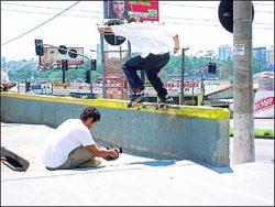 Marcos Camazano, nollie tailslide na borda de São Bernardo, o quarto obstáculo do Desafio de Rua
