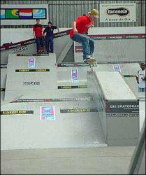 O curitibano Michel Simonetto pula toda a plataforma da pirâmide e cai de grind no caixote