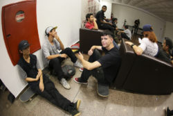 Galera reunida esperando o vídeo - Foto- Allan Carvalho