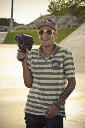 Mailton dos Santos com uma câmera Super 8 (foto- R. K-b-ça)