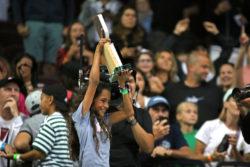 Rayssa e o Troféu - Foto: Julio Detefon