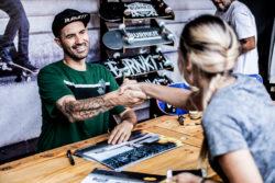 Bob autografando. Foto: Felipe Diniz